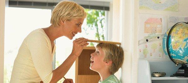Maman qui mesure son enfant